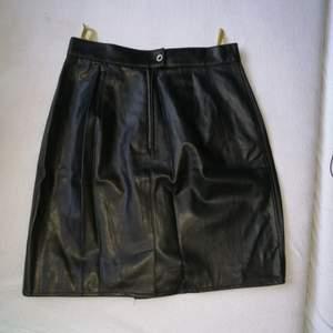 Supersöt, festlig, kort kjol i fejk-läder från Humana, aldrig använd! Very gossip girl serena blir utkastad från klubben för hon e minderårig vibes 💃 toppen kvalité