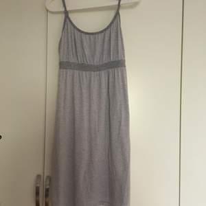 Funderar på att sälja den här gråa randiga klänningen. Står inte vad storleken är men jag tror att den passar S-M. Den är av ett jätteskönt material.
