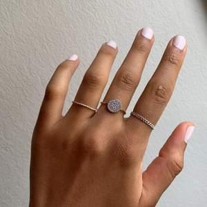 Tre söta små ringar, okänd metall. 50kr inklusive frakt för alla tre tsm. Från vänster till höger 17mm 18mm 19mm