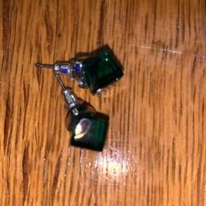 Oanvända gröna örhängen
