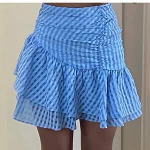 (Råkade trycka på sälj på förra annonsen och gick inte att lägga tillbaka så lägger därför upp den igen) Säljer denna super gulliga kjol från H&M. Kjolen är helt slutsåld och passar perfekt till sommaren. Den är helt oanvänd då den inte passade mig tyvärr💘💘 Budet börjar på 250. Hör av dig till mig om du har frågor eller om du vill ha fler bilder.😋😋 Köparen står för frakt⚡️⚡️ Högsta bud: 300
