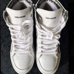 Säljer dessa helt nya sneakers från Zadig Voltaire. Säljer på grund av för liten storlek🥺 använda 1 gång!! BUD från 1300kr 🌈🌿🌟🌸
