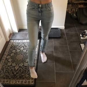 Snygga gina tricot jeans med detalj o slits längst ner