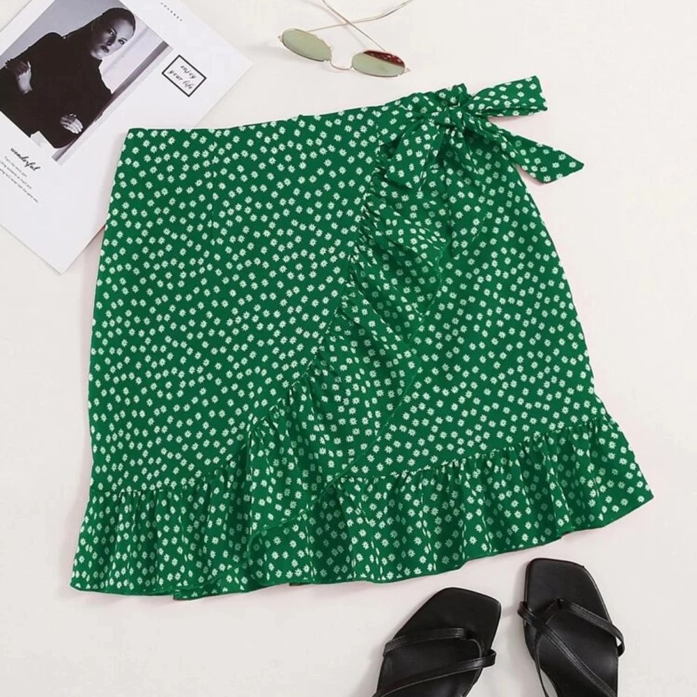 En fin trendig kjol från shein, köpte i början av våren men den kom aldrig  till användning! För fler bilder är de bara kontakta! 💞. Kjolar.