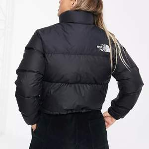 The north face nuptse jacka i svart! Använd 2-3 ggr, ser ut som ny! Storlek xs, passar S också! Nypris 2 300, säljer för 1800