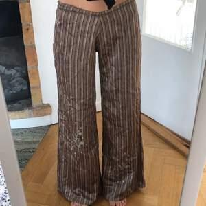 finbyxor i satin/silke material. se har strass och glitter grejer på ben och rumpa. jag är 173cm