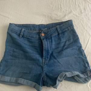 Blå/ljusblå jeans shorts, använd 2 gånger.