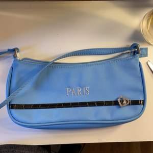 Supersöt väska hittat secondhand! Precist perfekt storlek för att få med det man behöver!