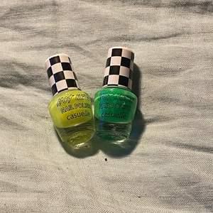 Två olika neon nagellack ett neongrönt o ett neongult. Båda är endast använda 1 gång alltså finns det mycket kvar.❤️