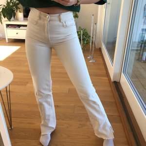 Jeans från pull & bear med slits i storlek 36 men skulle säga att de passar 34 också. De är ljust beiga/ vita. Köpta förra våren men sparsamt använda