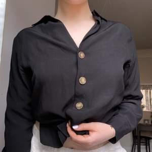 Skjorta från & other stories. Använd ett fåtal gånger och säljer då jag inte får tillräckligt med anvönding för den🌷✨