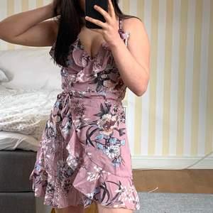 Superfin klänning som jag tyvärr inte får någon användning av. Väldigt skönt material. Omlott och går att knyta. Skriv för fler bilder