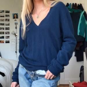 Mörk blå v-ringad tröja från United Colors of Benetton, så fin och mjuk!