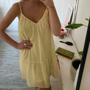 Superfin helt ny ljusgul klänning från nakd! Helt slutsåld på hemsidan! Jättefin längd och snygg med tröja över! Färgen är finare i verknigheten! Nypris 399❤️storlek 32 men passar upp till 36! ❗️BUD på 260kr❗️