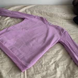 Super bekväm ljuslila sweatshirt. Den är aldrig använd och därför i perfekt skick. På lappen står storleken som XXL men den passar mer som S-M. OBS. Köparen står för frakt.