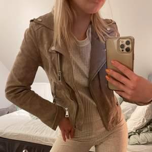 Säljer min skitsnygga mocka jacka från veromoda pga att den aldrig har kommit till användning tyvärr💕Den är slutsåld överallt och är jättefin nu till våren och sommaren! Den är i nyskick och har kostat 900kr och säljer den för 300kr+frakt🥰🥰