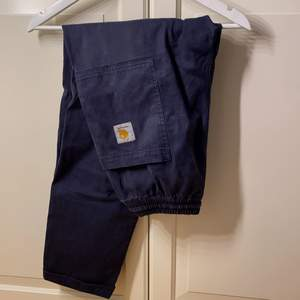 Coola baggy byxor från carhartt wip, i bra skick! Passar ungefär som 28-30 i midjan o längden 32