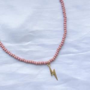 Pärlhalsband med guldig blixt🤩⚡️Perfekt till sommaren när man är brun!   Halsbandet är gjort med hållbar tjock elastisk tråd🤍  🤍 79 kr  🤍 frakt på 15 kr tillkommer   Kontakta mig vid frågor eller köp! 🥰