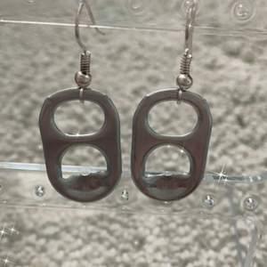 Säljer ett par handgjorda örhängen. Om du är intresserad av dessa balla örhängen skriv till mig, 11kr frakt <3