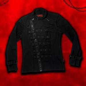 """""""𝑩𝒆 𝒕𝒉𝒆 𝒔𝒊𝒏𝒊𝒔𝒕𝒆𝒓 𝒉𝒊𝒅𝒊𝒏𝒈 𝒊𝒏 𝒕𝒉𝒆 𝒃𝒆𝒂𝒖𝒕𝒚."""" Rule your empire in the Black 2-In-1 Asylum Jacket from the one and only Tripp NYC 🖤🔪 En maffig helsvart bondagejacka med remmar, D-ringar, spännen, blixtlås o knappar⛓ Jackan går att omvandlas till en väst med dolda blixtlås vid axlarna 🥵 Strl M herr (västen går att bäras som en miniklänning om man är runt 160 som jag!). Deadstock med nypris $150 (1300kr). Frakt tillkommer på 66kr 💌"""