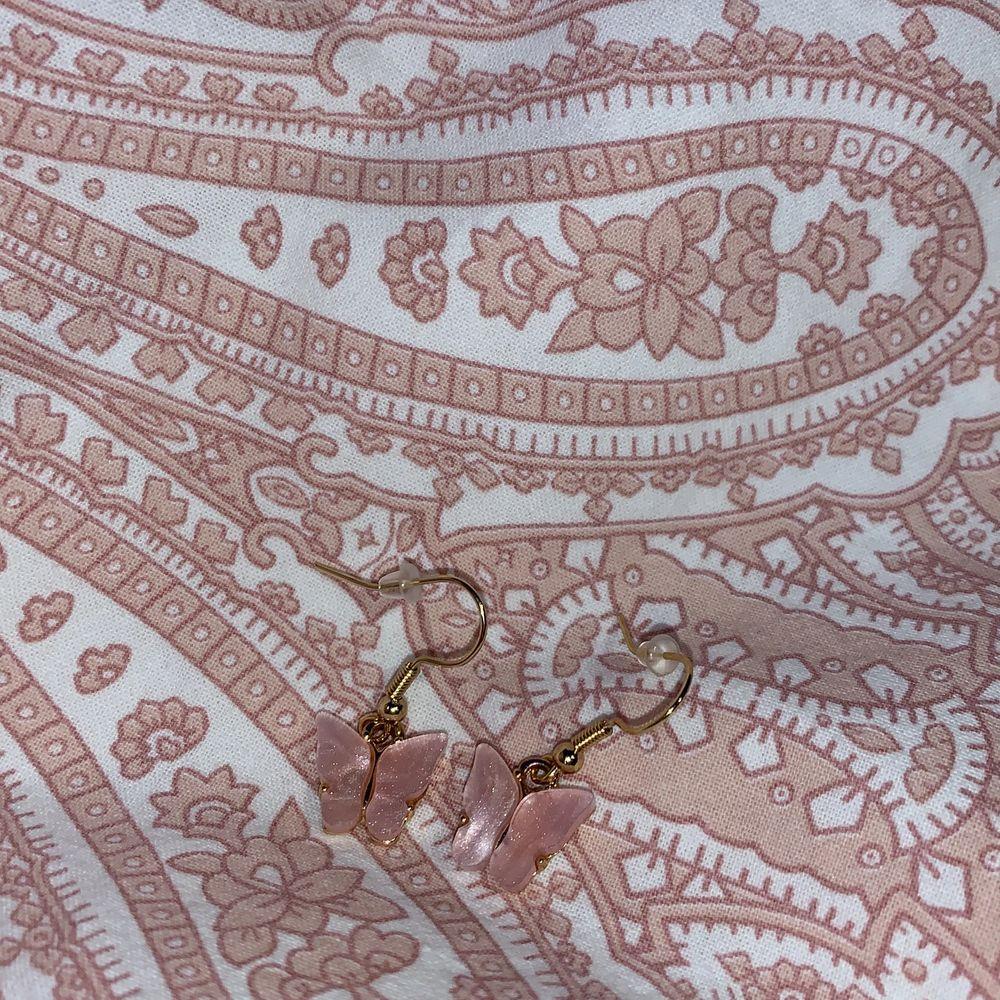 Jättefina rosa fjärilsörhängen💕 NICKELFRIA!! Frakt tillkommer på 12kr🥰💕. Accessoarer.