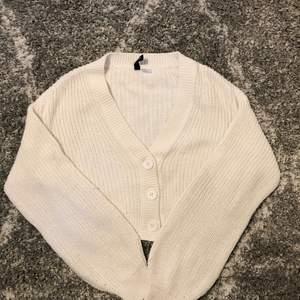 Super fin vit cardigan som inte kmr till användning. Den är från hm i storlek xs. Skriv privat vid frågor. Pris går alltid diskutera:))