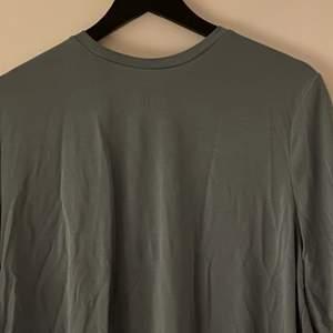 Så jävla skön t-shirt som inte använts någon gång men som bara legat i en kläd låda, därför är den lite skrynklig men går lätt att stryka, skicket är alltså toppen!! Som sagt så skön✨✨