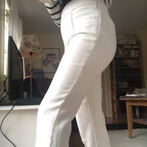 Vita mjuka kostymbyxor från HM, endast använda ett par ggr.