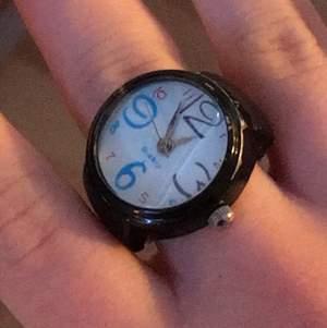 """!INTRESSEKOLL! En så kallad """"klockring"""" som var populär på 90-talet! En riktig klocka som kan visa tid. Denna ringen köptes dock på 90-talet och fungerar därför inte. Om man vill att klockan ska fungera så kan man lämna in den hos en urmakare. Jag vill bara se om det finns intresse för denna, lägg bud i kommentera isf! Utropspriset börjar på 10kr."""