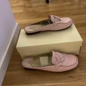 Säljer använda Liz Flex skor pga av flytt.