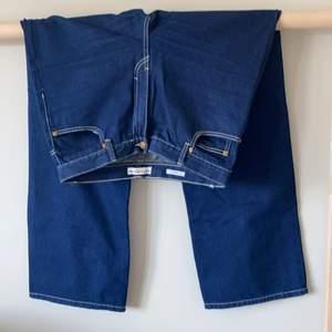 Snygga byxor med ljusa sömmar! För små för mig. High waist och straight leg! Små i storleken så de sitter som en 38/M