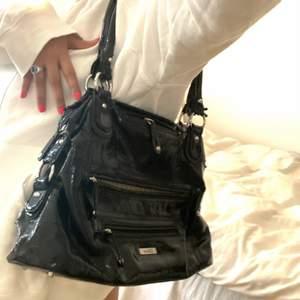 Y2k glansig väska från Gabor, förmodar att den är fake köptes seconhand. Lite deffekt vid axelbanden men fortfarande najs och rymlig