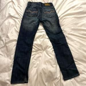 As najsa lågmidjade Diesel jeans, går hela vägen ner över fötterna på min vän som är 180cm!!                                  tänk på att de är lågmidjade så mät midjemåttet under naveln typ.                                                                  Midjemått: 78/79cm ish                                                                         Innerbenslängd: 79cm                                                                   Yttrebenslängd: 107cm