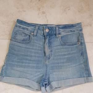 Väldigt fina ljusblåa jeansshorts med silverknappar. Sitter underbart. Kontakta mig vid intresse eller frågor :)