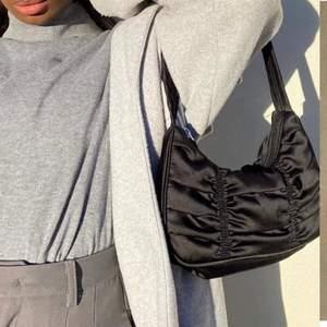 Fin och trendig väska från monki! Har använts fåtal gånger och är i bra skick! Säljer för jag behöver pengarna, säljer för 120 exklusive frakt