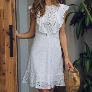 (Lägger upp igen pga oseriös köpare) Så fin vit klänning med öppen rygg och volanger, verkligen perfekt till student eller liknande, säljer bara då den inte kommit till användning så helt oanvänd i nyskick!💗 jag är 170cm!