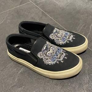 Äkta Kenzo skor i storlek 36, Hämtas i Norrköping eller fraktas, vid frakt står du för frakt summan. Postar med video bevis.  Garanterar en snabb och pålitlig affär🤍