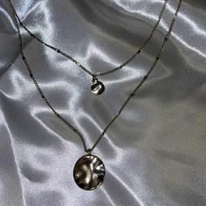 Guldigt dubbel halsband från Ur & Penn med berlocker! Väldigt fint och perfekt för en middag på en uteservering!🧡Kommer dock inte till användning längere då jag har många som nästan likadana⭐️💍 38 + 22 kr frakt, kontakta för fler bilder eller frågor