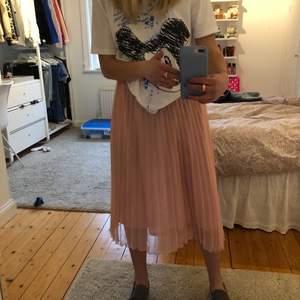 Säljer en jättefin och somrig kjol från hm, den år plisserad och inte mycket använd. Hör av dig om du har frågor eller vill ha fler bilder ( säljer många andra kjolar så kolla min profil) kjolen är i storlek 38 men passar även mig som har 34/36
