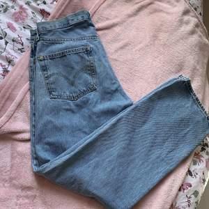 Vida raka jeans från Levis, köpta secondhand 💕 jag har dock aldrig använt de då de är för stora för mig med strl S. Står ingen storlek men gissar att de passar någon med M-L i storlek bättre ❤️
