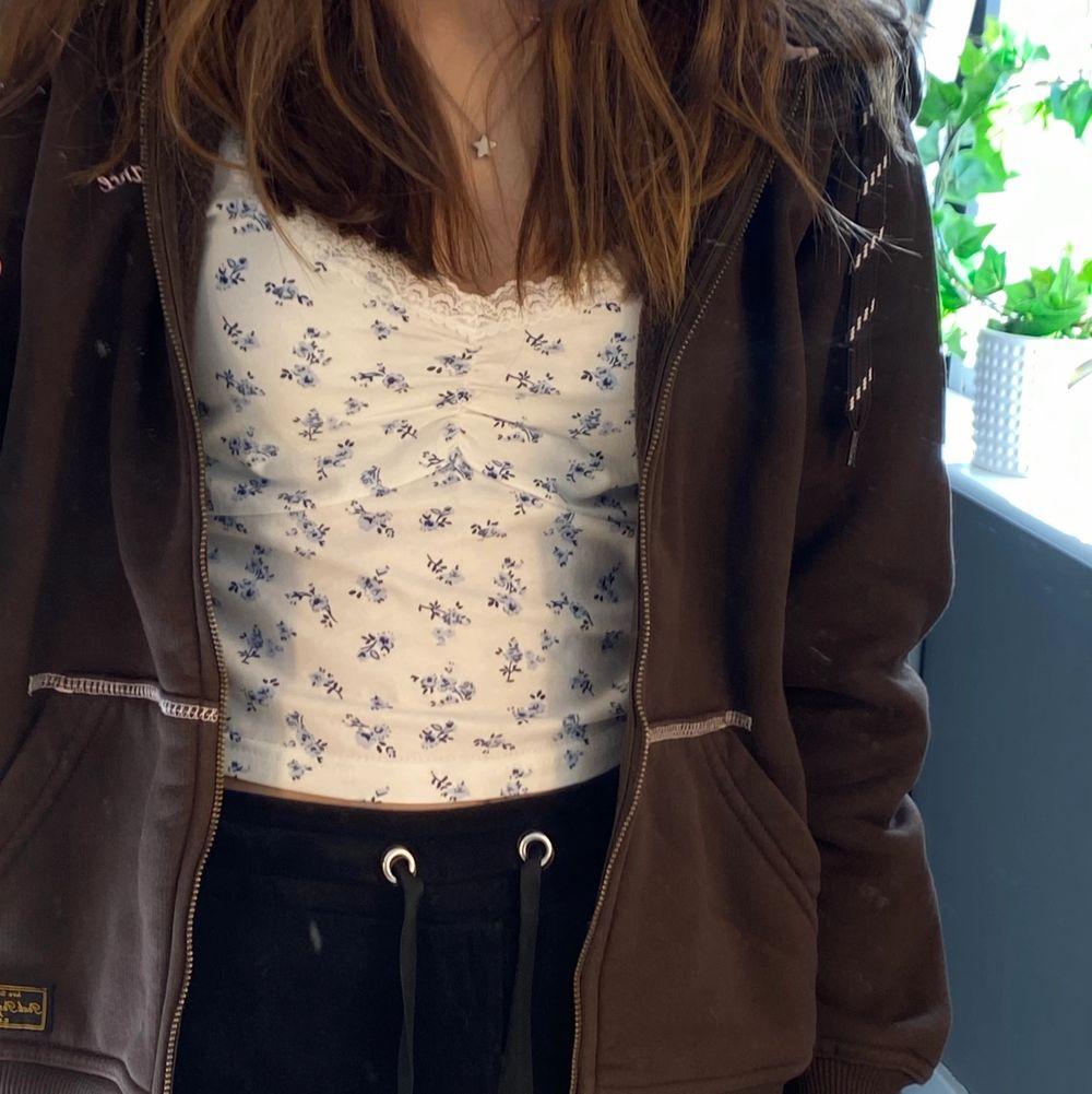 En fin trendig retro peak performance zip up hoodie. 200kr + frakt. Den är i väldigt bra skick, skriv privat för fler bilder 💕. Huvtröjor & Träningströjor.