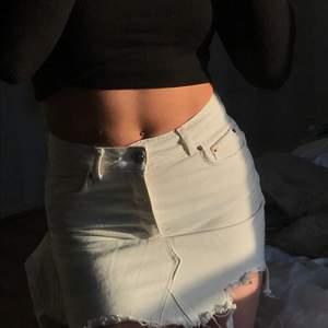 Super snygg somrig vit jeans kjol, säljer pga att den blivit för liten:( kjolen har bra kvalitet och inga märken eller liknande:) i priset ingår frakt