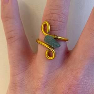 En jättefin guldig ring men en grön aventurin-kristall!💚💚💚