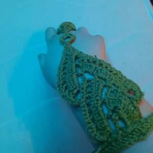 Virkat handsmycke i grönt garn, handgjort.