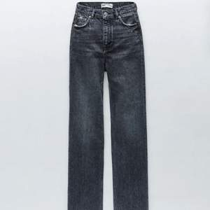 Intressekoll i dessa slutsålda zara jeans i jättebra kvalite och är lite klippta där nere då de passar mig som är ca 166💕 Högtsa bud just nu: 300 kr! Säljs direkt för 350