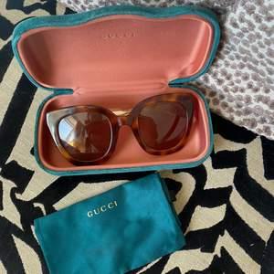 Gucci solglasögon som köptes för ett år sedan på Arlanda. Knappt använda och super bra skick. Köptes för cirka 2500