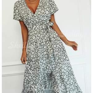 Blommig mörkgrön klänning i storlek s. Aldrig använd, prislapp kvar. Köpt för cirka 500 kr. Köp direkt 300💕