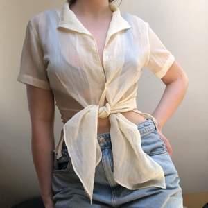 En figursydd, genomskinlig skjorta som passar bra att knyta i midjan. Frakt: 46kr