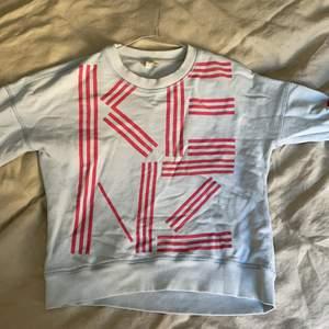 Svin snygg Kenzo tröja som tyvärr inte kommer till användning längre. Barnstorlek 14A vilket motsvarar xs-S