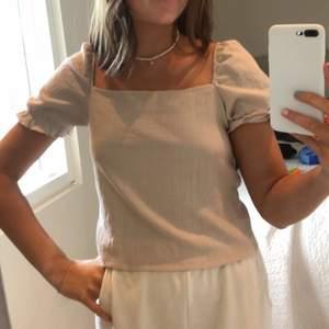 super fin tröja som passar perfekt till sommaren. den är beige och har en fyrkantig urringning🤩🤩